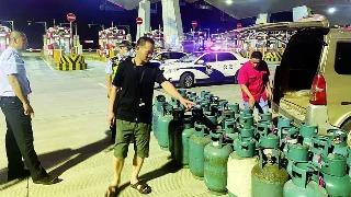 面包车 装45个液化气罐   高速公路交警及时查处