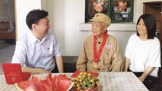 百岁老司机获颁纪念章